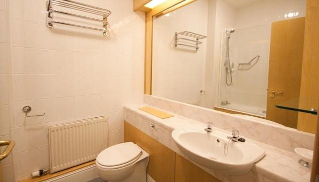 Dublin Airport Manor Bathroom